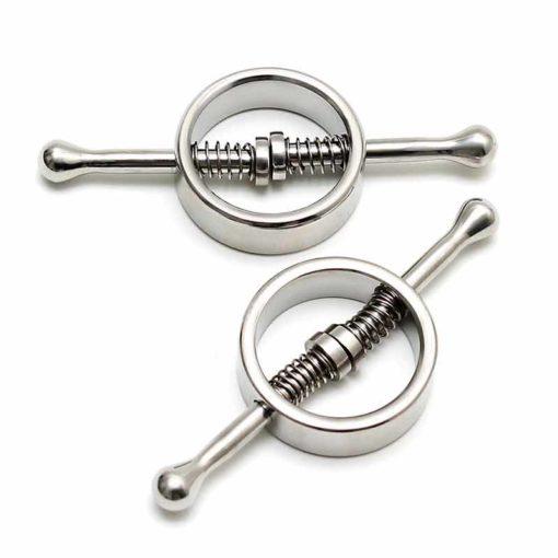 Aceste Cleme Pentru Sfarcuri Spring Loaded Rimba de culoare argintie, este format din doua cleme ce pot fi utilizate in diferite parti ale corpului. O clema contine doua tije cu capat rotund, inconjurata de doua arcuri care asigura prinderea si ramânerea lor la loc sigur. Scoaterea tijelor creeaza o deschidere astfel incat clema sa poată fi montata. Cleme Pentru Sfarcuri Spring Loaded Rimba au lungime de 10 cm, inelul are un diametru de 4 cm. Caracteristici: Diametru: 4 cm Lungime: 10 cm Material: Inox Culoare: Argintiu